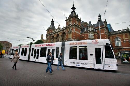 Deze tram reed op Prinsjesdag door Den Haag namens Vluchtelingenwerk Nederland